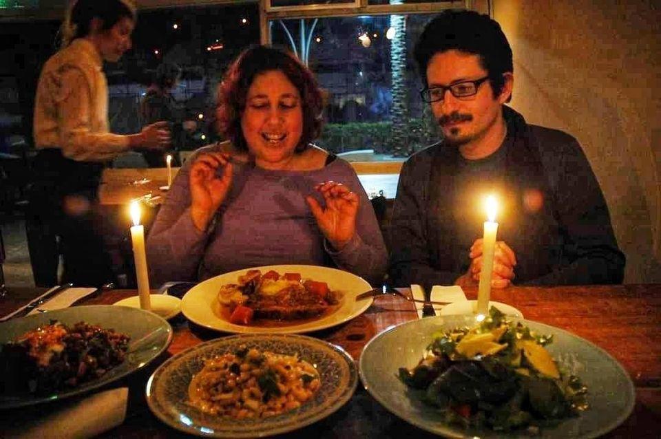 בלוגרית אוכל טועמת מחיי הלילה של נצרת